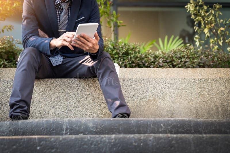 Aziatische Indische zakenman die tabletpc met behulp van in openlucht, gouden sunlig stock afbeeldingen