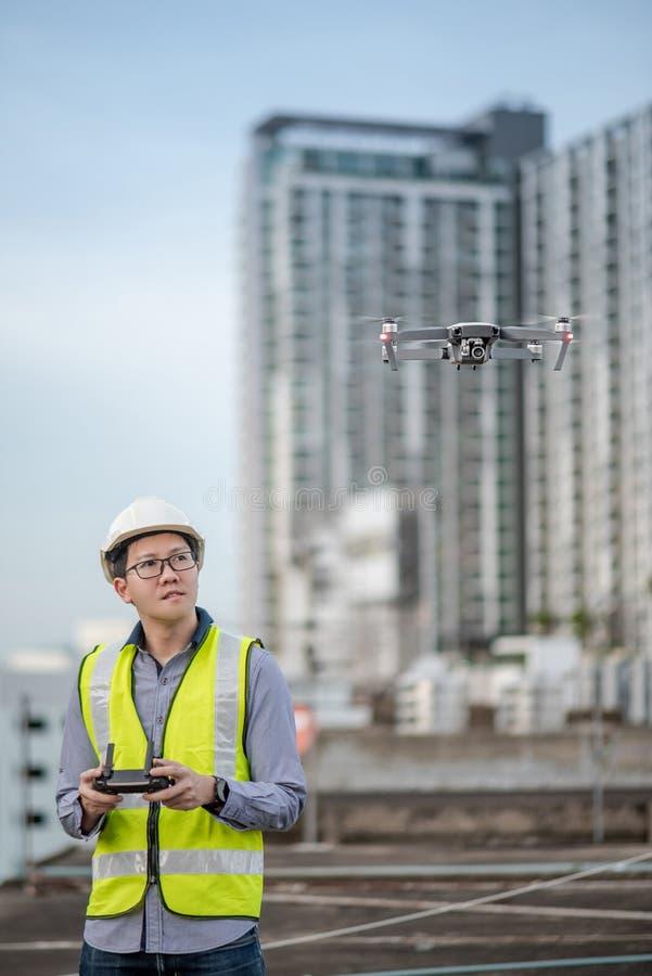Aziatische ingenieurs vliegende hommel over bouwwerf royalty-vrije stock foto's