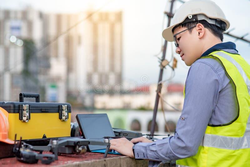 Aziatische ingenieursmens die hommel voor plaatsonderzoek gebruiken royalty-vrije stock foto's