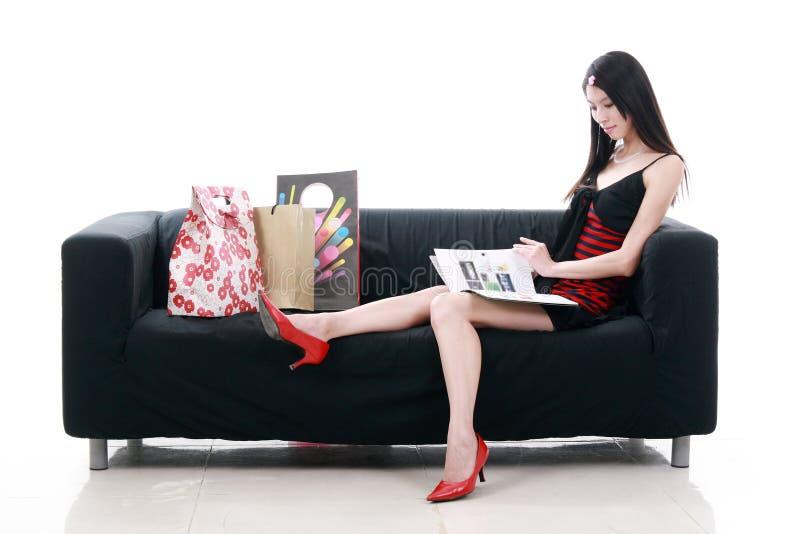 Aziatische jonge damelezing royalty-vrije stock afbeelding