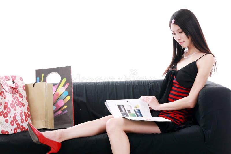 Aziatische jonge damelezing royalty-vrije stock fotografie