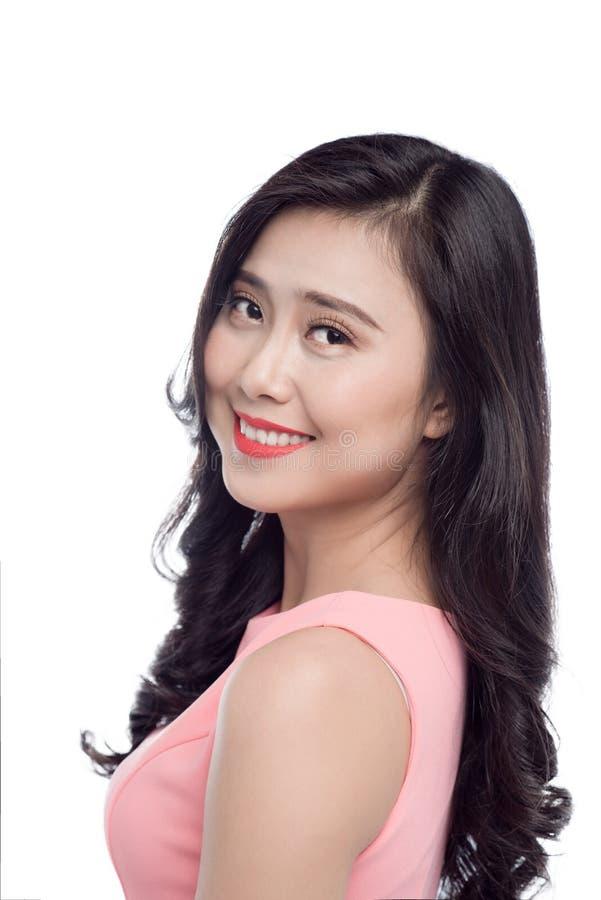 Aziatische jonge mooie vrouw met lang zwart haar in roze kleding s royalty-vrije stock afbeeldingen