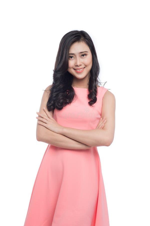 Aziatische jonge mooie vrouw met lang zwart haar in roze kleding s royalty-vrije stock foto