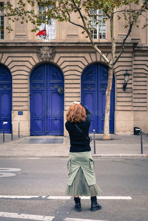 Aziatische jonge vrouw op straat in Parijs stock afbeeldingen