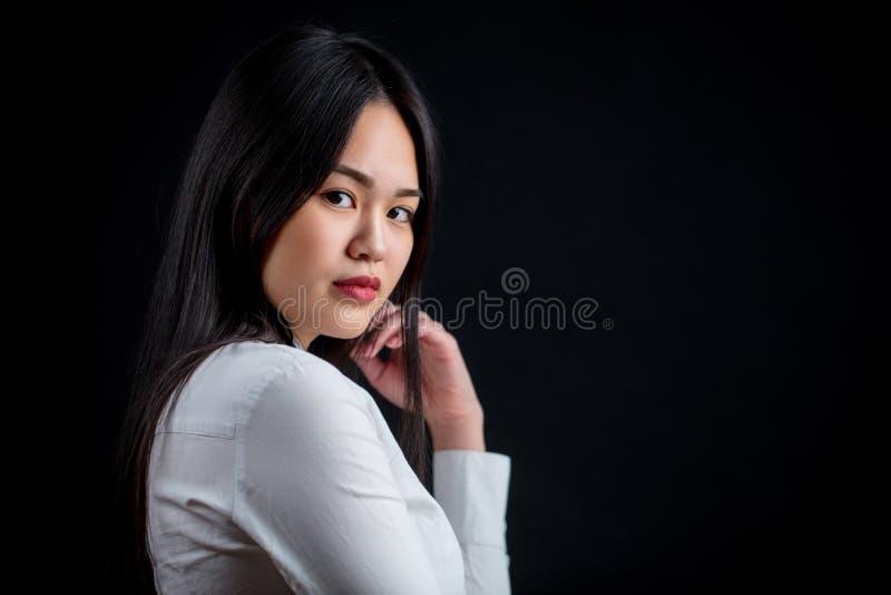Aziatische jonge vrouw in wit over zwarte achtergrond Zwarte en whit royalty-vrije stock foto