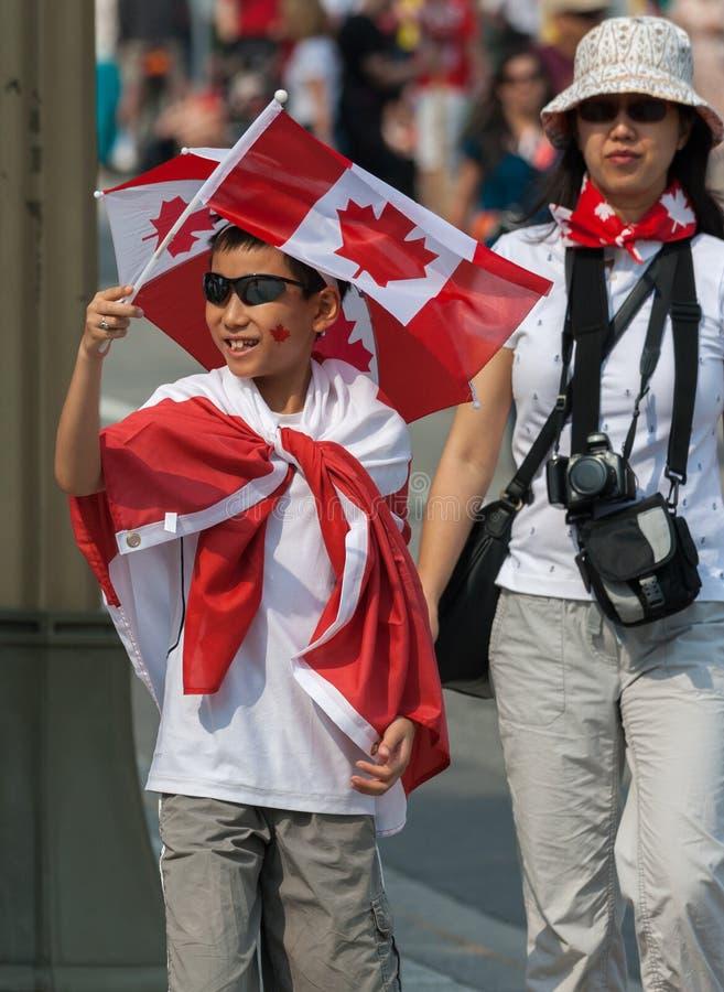 Aziatische Jongen die Canadese Vlag golven stock fotografie
