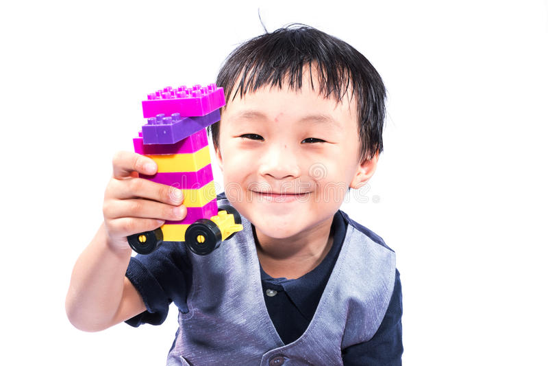 Aziatische jongen die Lego spelen royalty-vrije stock foto