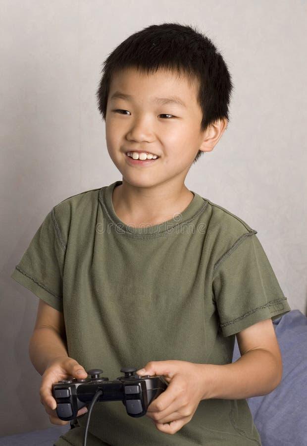 Aziatische jongen gamer stock foto