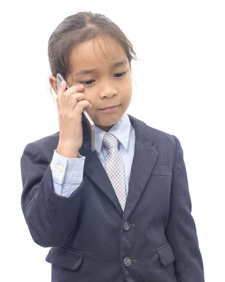 Aziatische jongen in kostuum die op mobiele telefoon over wit spreken stock fotografie