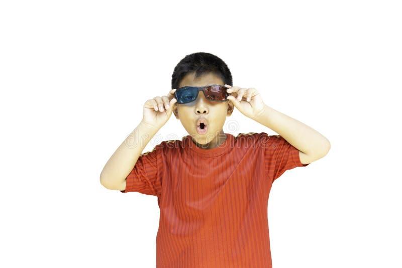 Aziatische jongen met 3D glazenisolatie in het knippen van weg stock fotografie