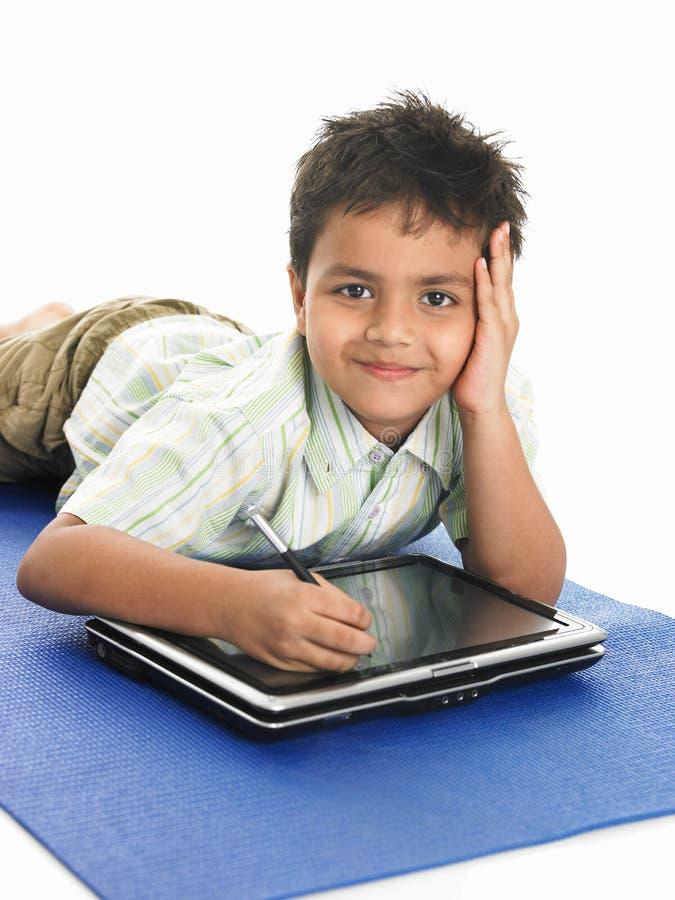Aziatische jongen met laptop royalty-vrije stock afbeeldingen