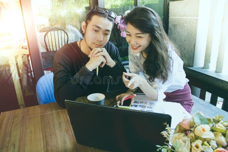 Aziatische jongere freelance man en vrouw die aan computer in huisbureau werken royalty-vrije stock fotografie