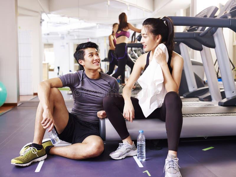 Aziatische jongeren die in gymnastiek spreken royalty-vrije stock foto's