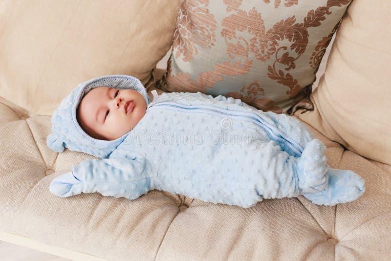 Aziatische Kaukasische jongen van het 2 maand de oude pasgeboren gemengde ras Natuurlijke binnenverlichting Koele tonen royalty-vrije stock fotografie