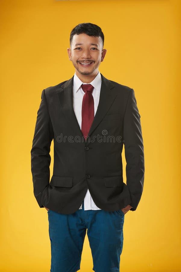 Aziatische kerel met een laag en borrels royalty-vrije stock afbeelding