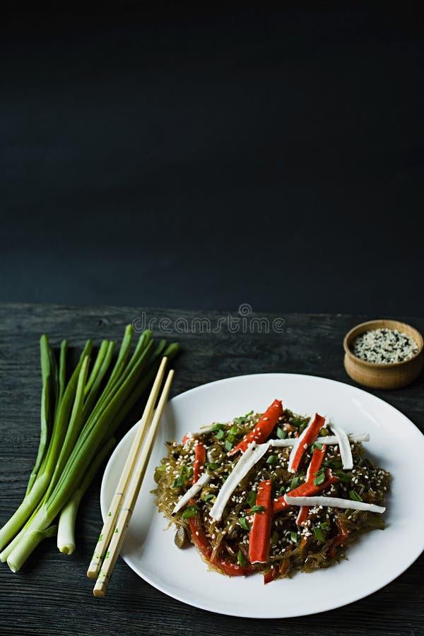 Aziatische keuken Cellofaannoedels met groenten die, greens worden verfraaid Funchoza Juiste voeding Gezond voedsel Mening van hi stock afbeeldingen