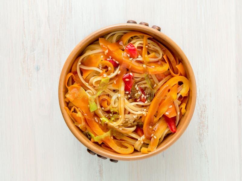 Aziatische keuken, udon van het noedels be*wegen-gebraden gerecht met groenten Peper, ca royalty-vrije stock fotografie