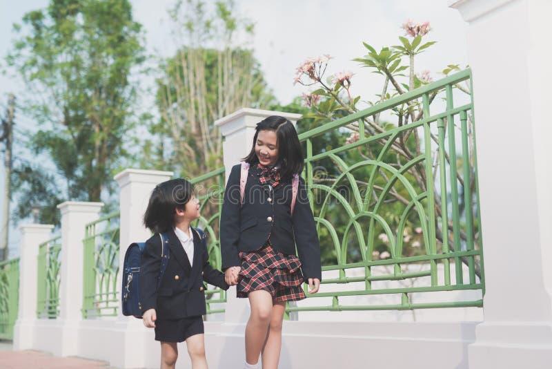 Aziatische kinderen die hand samen houden stock afbeelding
