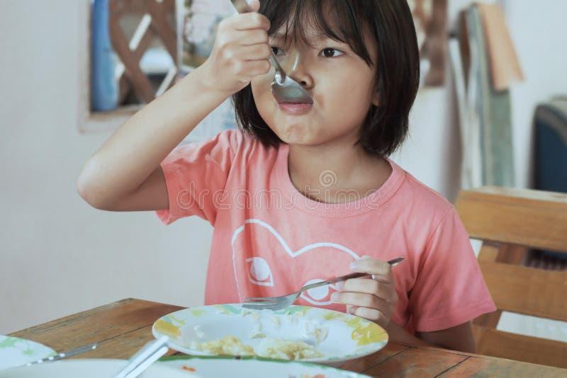 Aziatische kinderen die ontbijt eten stock foto's
