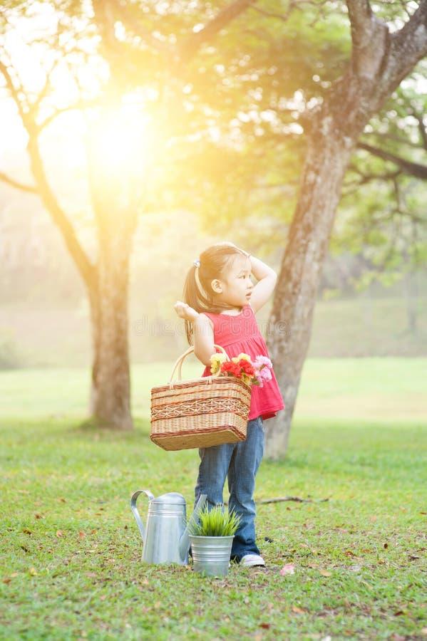 Aziatische kindpicknick in openlucht stock foto's