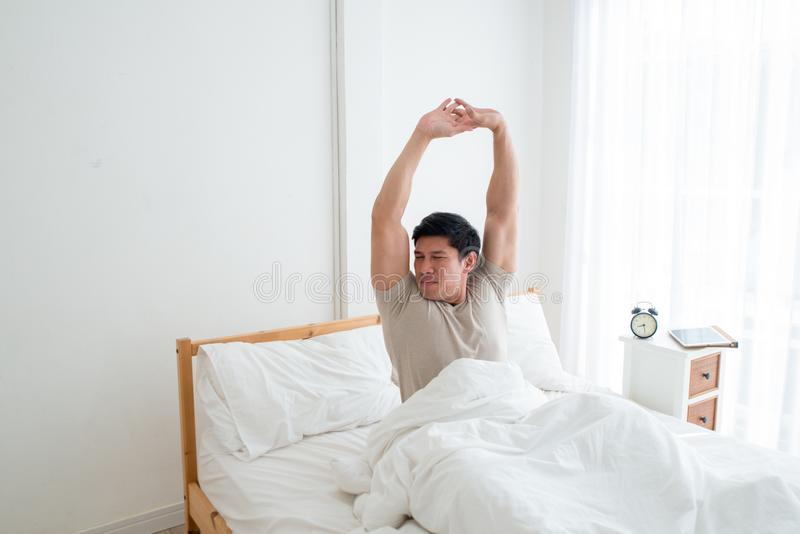 Aziatische knappe mensenontwaken in de vroege ochtend stock afbeelding