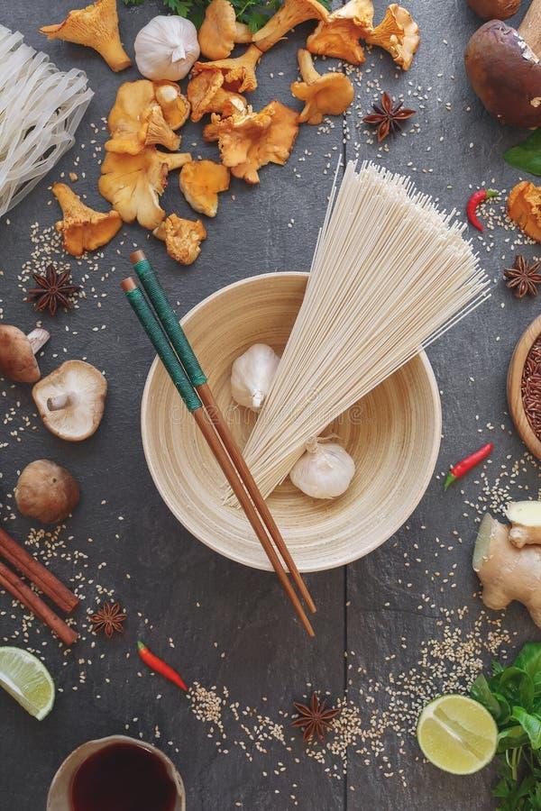 Aziatische kokende ingrediënten met eetstokjes en noedels royalty-vrije stock foto