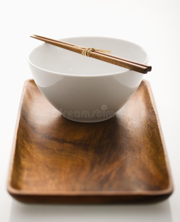 Aziatische kom op dienblad. stock foto