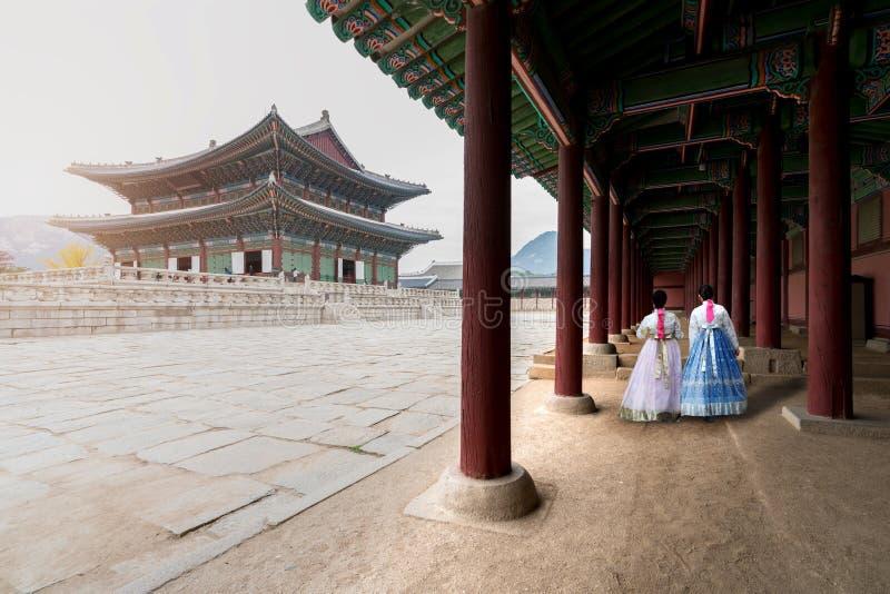 Aziatische Koreaanse vrouw geklede Hanbok in traditionele kleding die I lopen stock afbeelding