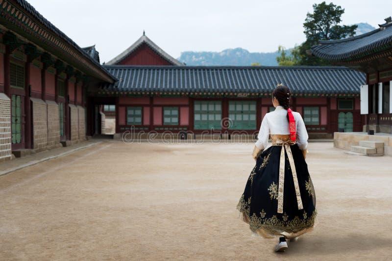 Aziatische Koreaanse vrouw geklede Hanbok in traditionele kleding die I lopen stock fotografie