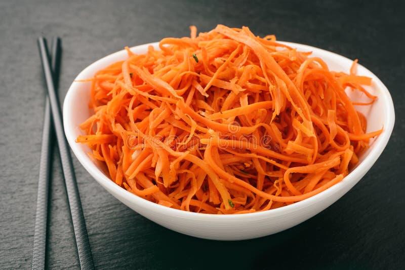 Aziatische Koreaanse wortelsalade met kruiden en knoflook stock foto