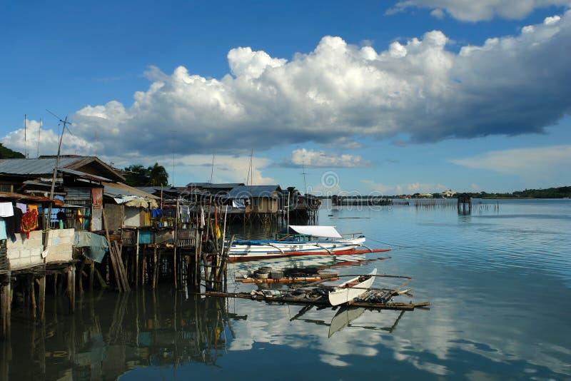 Aziatische krottenwijken op een baai. royalty-vrije stock fotografie