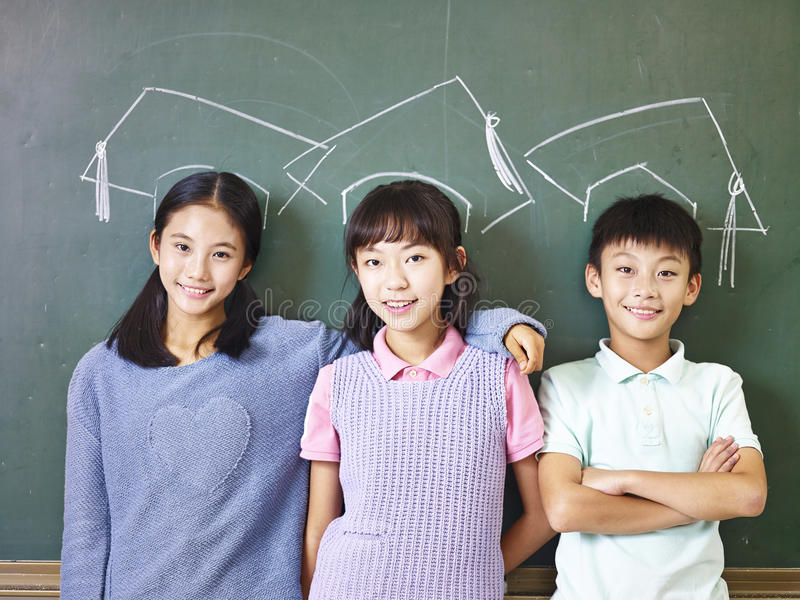 Aziatische leerlingen die zich onderaan krijt-getrokken doctorale hoed bevinden royalty-vrije stock foto