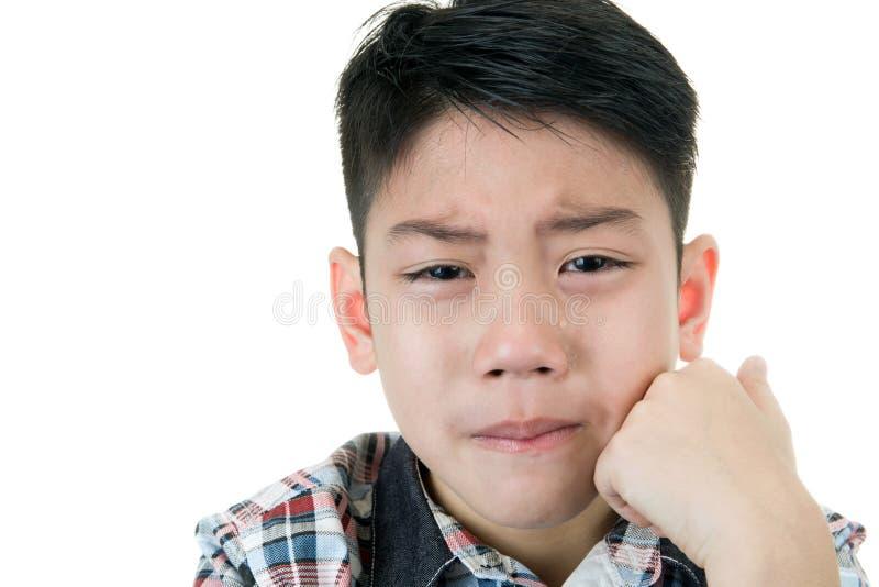 Aziatische leuke droevig en jongen die schreeuwen stock foto