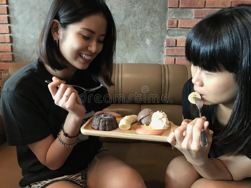 Aziatische leuke tienervrouw die brownie en chocoladeroomijs eten royalty-vrije stock foto's