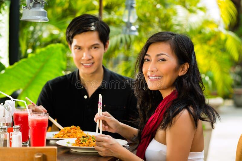 Aziatische man en vrouw in restaurant royalty-vrije stock afbeelding