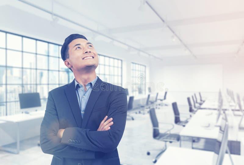 Aziatische manager in zijn bureau royalty-vrije stock foto