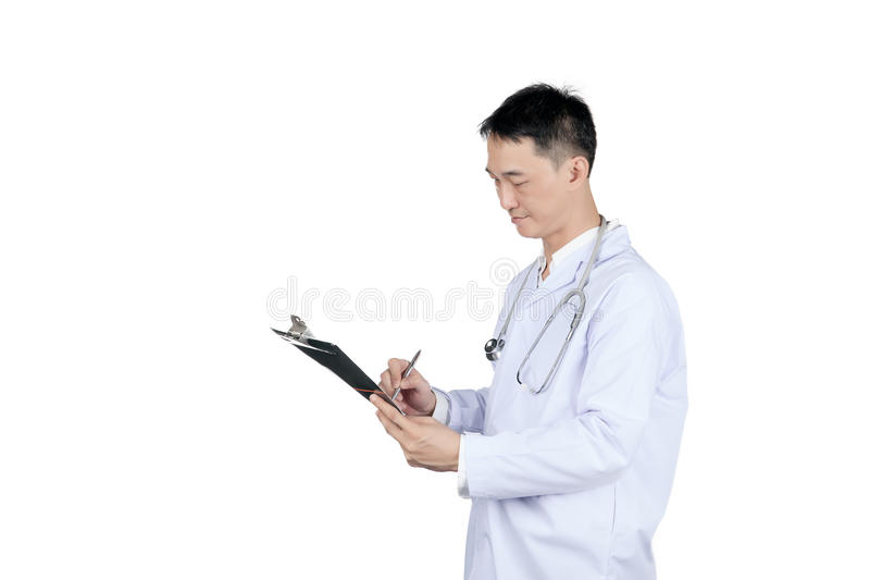 Aziatische mannelijke arts die op een medisch dossiergrafiek schrijven royalty-vrije stock afbeelding