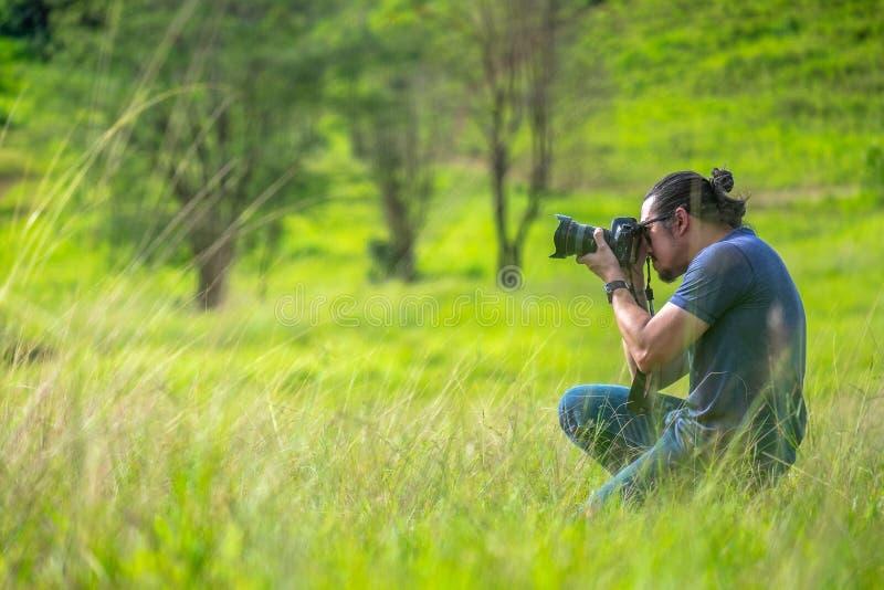 2018-09-12 Aziatische Mannelijke Fotograaf Taking een Beeld van het Aardlandschap in het bos in Ranong-Provincie, Thailand royalty-vrije stock foto's