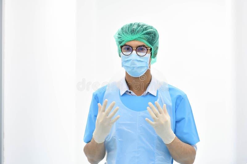 Aziatische mannelijke verloskundige met masker klaar voor verrichting stock fotografie