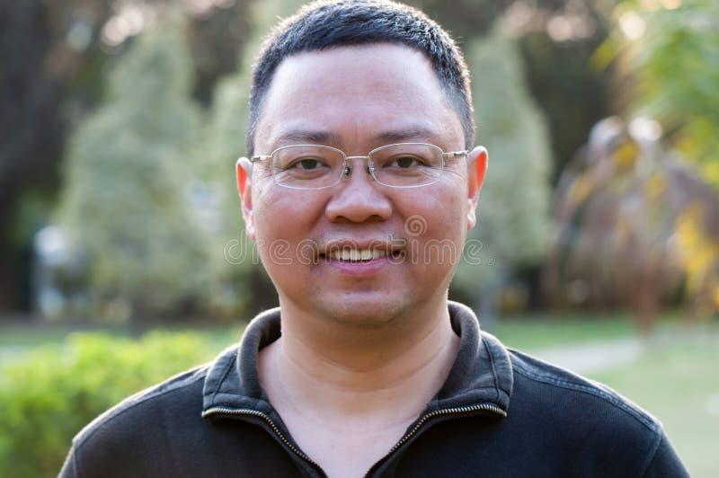 Aziatische medio-volwassen mens stock afbeeldingen