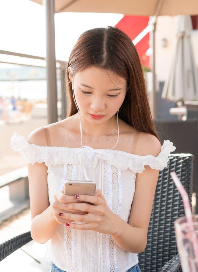 Aziatische meisjes die telefoon spelen stock fotografie