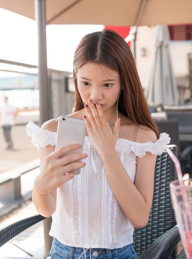 Aziatische meisjes die telefoon spelen stock foto's