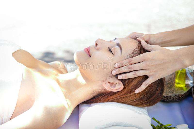 Aziatische meisjes die Thaise style spa massage slapen royalty-vrije stock afbeeldingen