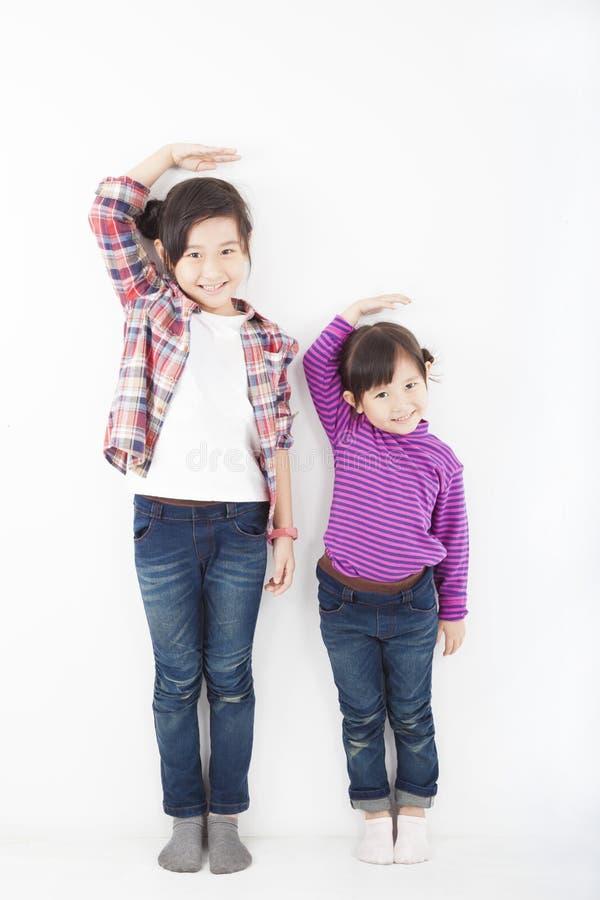 Aziatische meisjes die zich verenigen stock foto
