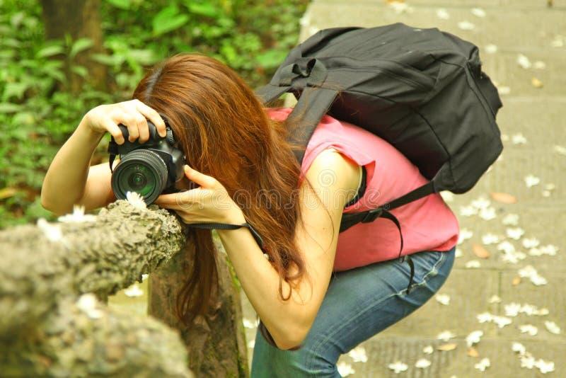 Aziatische meisjesfotograaf royalty-vrije stock foto's