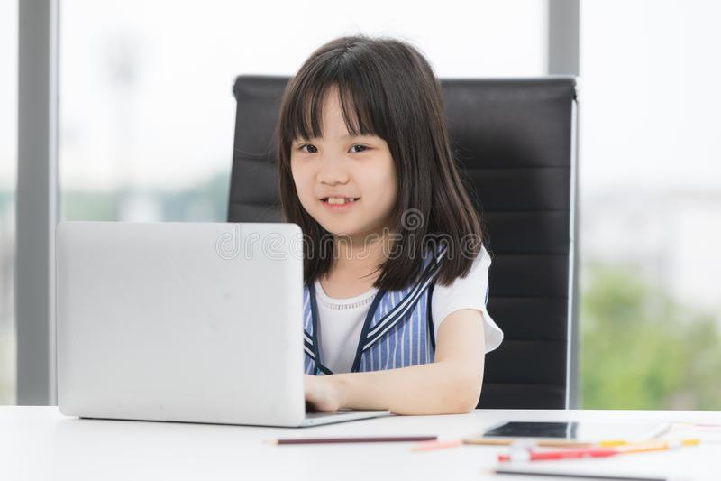 Aziatische meisjesglimlachen aan camera royalty-vrije stock afbeelding