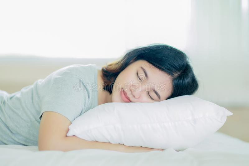 Aziatische meisjesslaap op het witte bed royalty-vrije stock afbeeldingen
