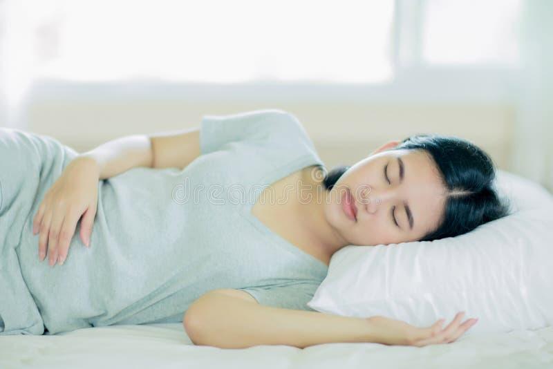 Aziatische meisjesslaap op het witte bed royalty-vrije stock foto
