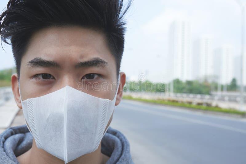 Aziatische mens in beschermend masker royalty-vrije stock afbeeldingen