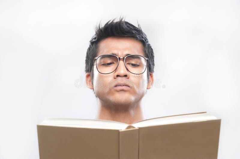 Aziatische Mens die een boek leest royalty-vrije stock foto's